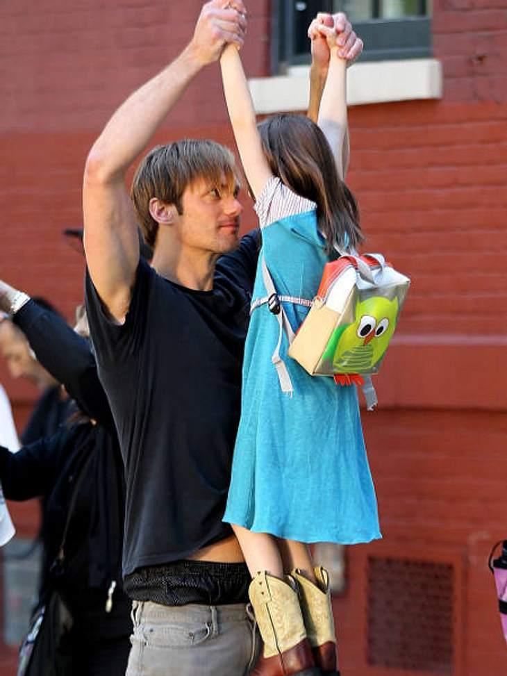 """Stars am SetAlexander Skarsgard (""""True Blood"""") albert mit seiner kleinen Kollegin am Set von """"What Maise Knew"""" rum."""