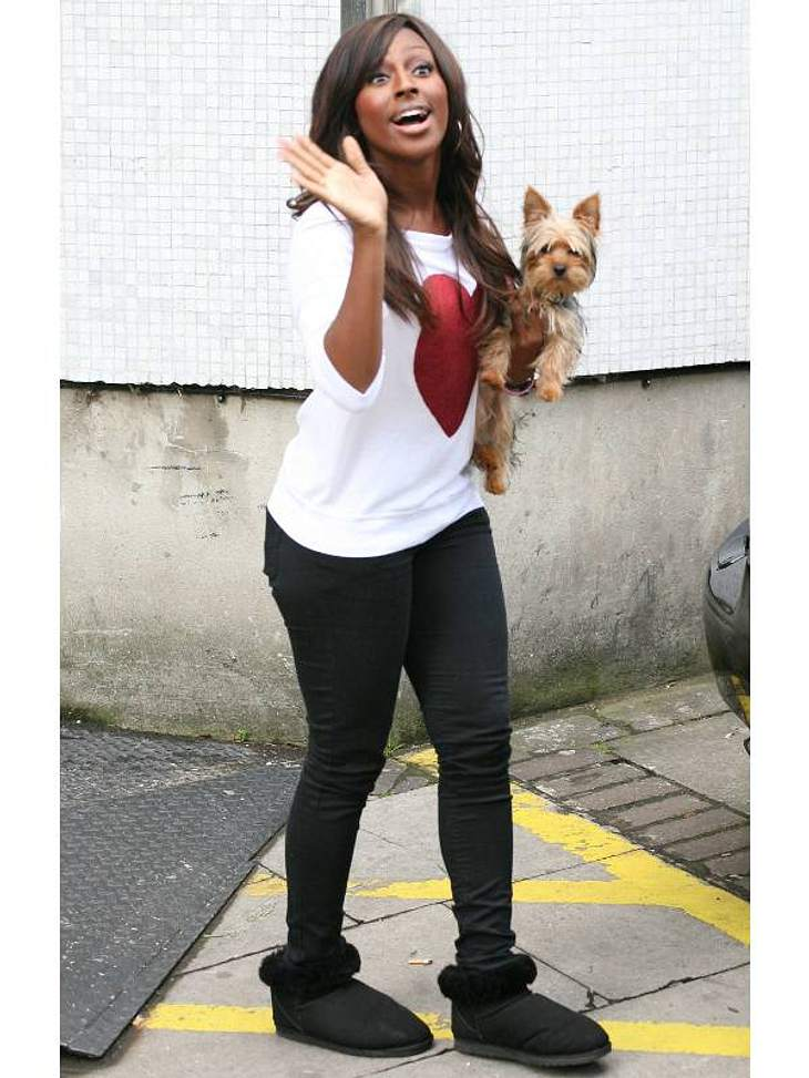 Winke, winke: Sängerin Alexandra Burke krempelt ihre UGGs einfach um.,