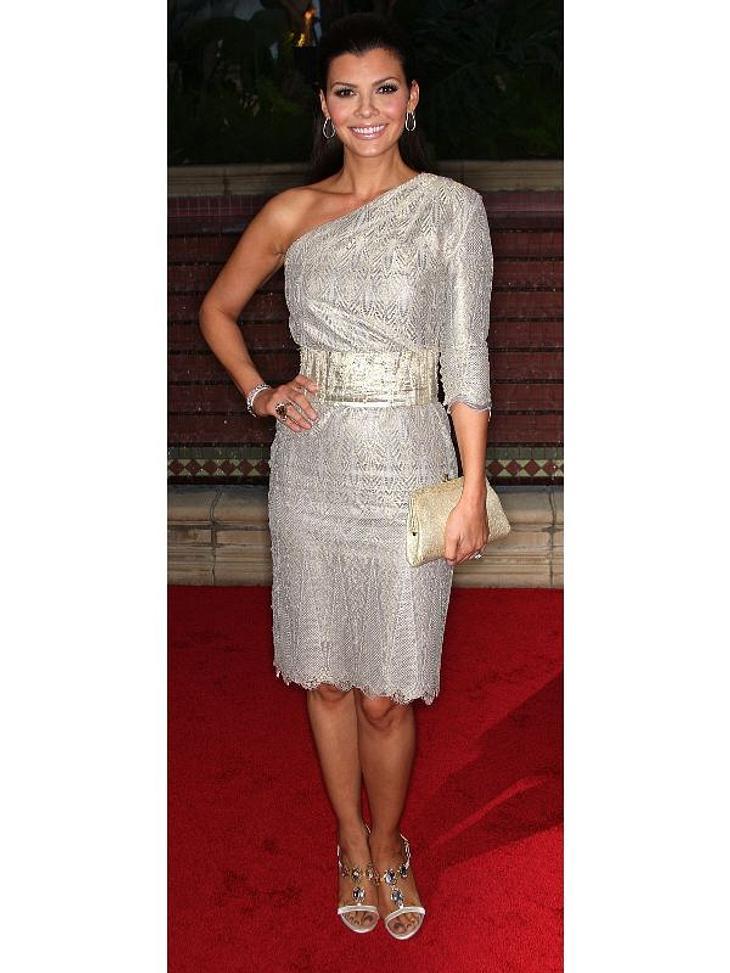 Zwei Stars, ein Kleid: Diese Stars tragen die gleichen Klamotten!Der Look von Ali Landry:... Ali Landry. Der Gürtel lässt viel mehr von ihrer Figur erkennen.