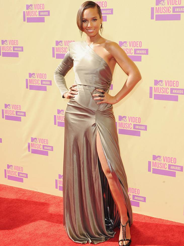 Der Style der VMA 2012: Tops & FlopsDiese kombinierte sie zu einem asymmetrischen, silbernen Abendkleid. Fazit: TOP
