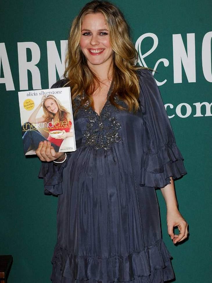 Schwangere Stars Alicia Silverstone ist auch eine von den Erstgebärenden und findet sogar noch Zeit ein Diätbuch zu schreiben.