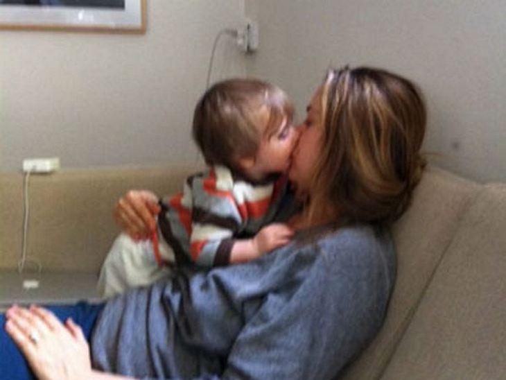 Mein erster Muttertag: Stars im Mama-GlückAlicia Silverstone (35) hat ihren Sohn Bear Blu sehr selten in der Öffentlichkeit gezeigt. Doch vor kurzem zeigte sie ein Video, in dem sie ihren Sohn wie eine Vogelmama füttert. Mal sehen, ob es de