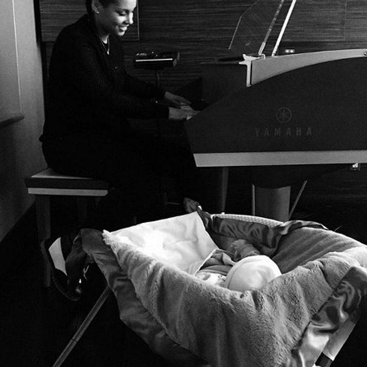 Friedlicher Moment mit Baby Genesis