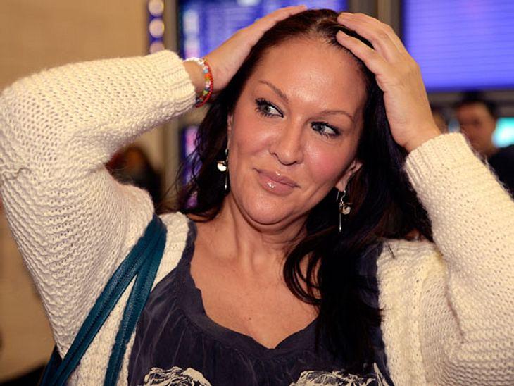 """Dschungelcamp 2013 - die Kandidaten am FlughafenEin bisschen skeptisch schaut Allegra Curtis (46) schon drein, bevor sie in den Flieger nach Australien steigt. """"Mein Vater Tony wäre stolz auf mich"""", sagt die Schauspielerin aber se"""