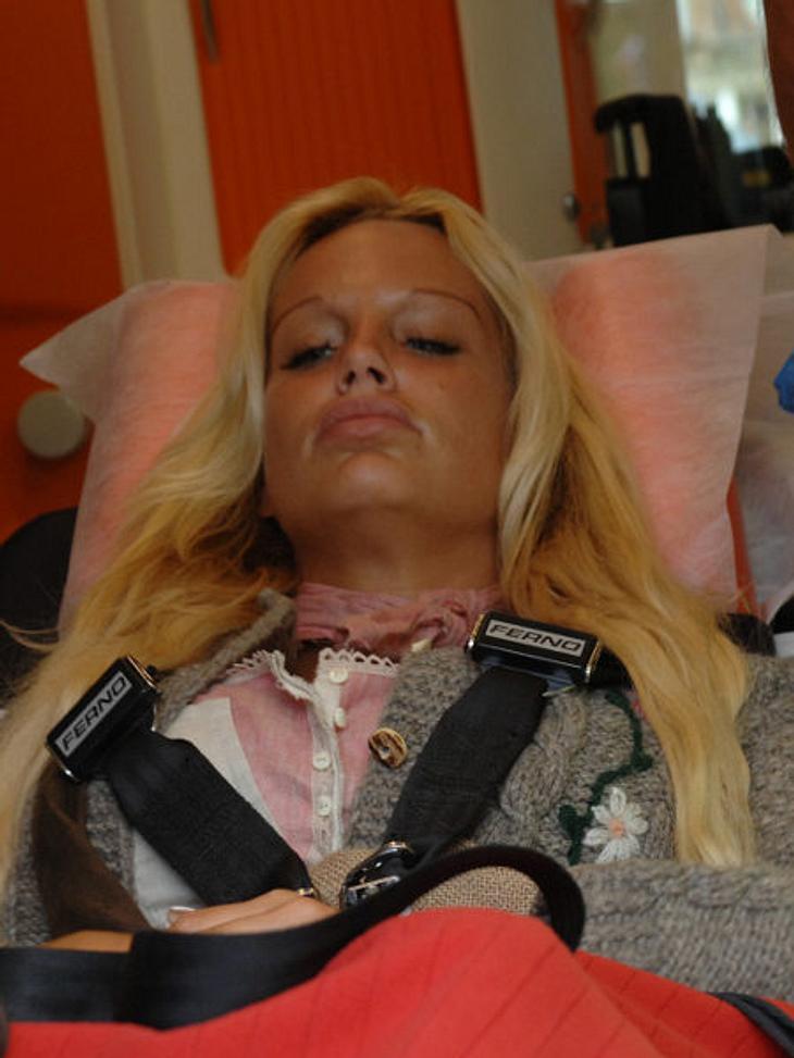 Gina-Lisa wird auf der Alm vom Krankenwagen abgeholt