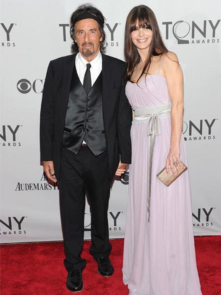 Prominente Paare mit großem AltersunterschiedDer Altersunterschied von 40 Jahren macht den Turteltauben Al Pacino (71) und Lucia Sola (31) nichts aus. Wir sind gespannt wie lang diese Beziehung halten wird.Diese Stars sind sooo verliebt