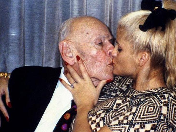 Prominente Paare mit großem AltersunterschiedMit ihrer Hochzeit 1994 sorgten J. Howard Marshal II (†1995) Anna Nicole Smith (†2007) weltweit für Furore. Die Heirat eines 26-jährigen Nacktmodels mit einem 89-jährigen Milliardär war ein Skand