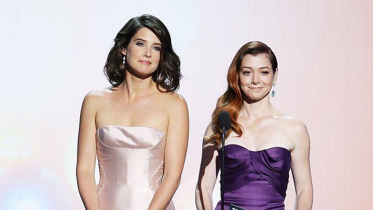 Alyson Hannigan und Cobie Smulders 2013 bei der Emmy-Verleihung
