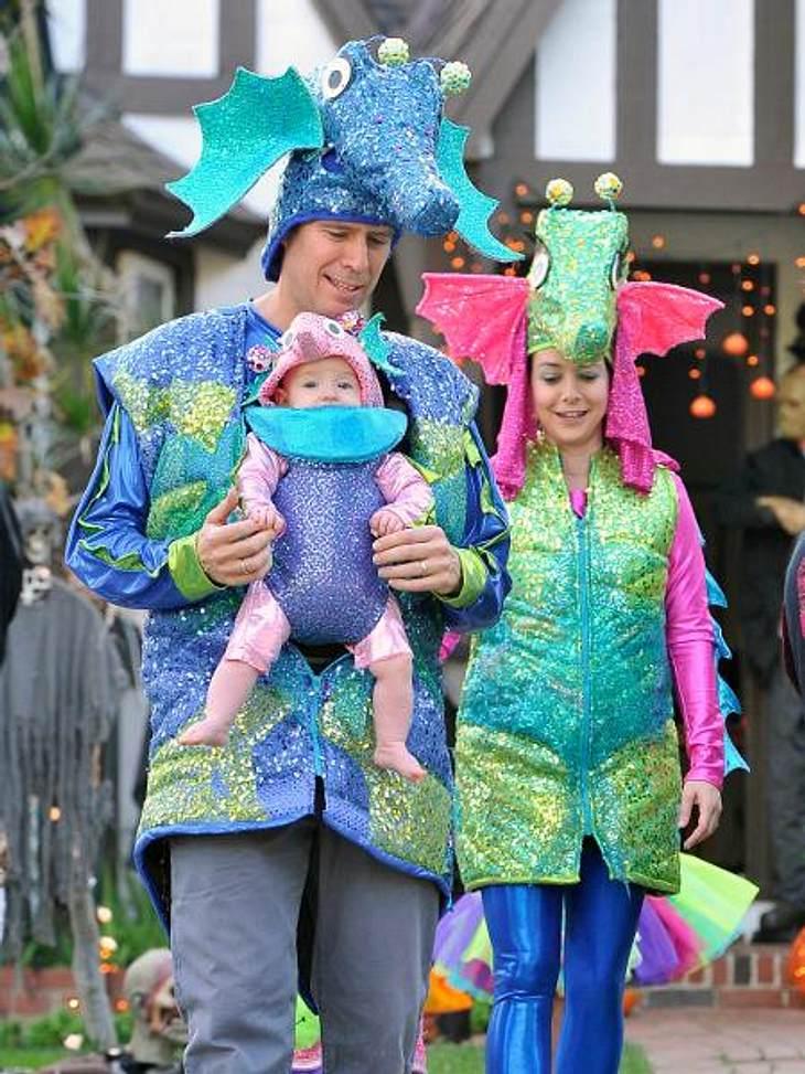 Die schräge Kostüm-Parade der StarsDrachenstark! Alyson Hannigan (38), Ehemann Alexis Dennisof und ihre beiden Tochter Satyana (3) und Keeva (6 Monate) haben sich zum Süßigkeiten sammeln in eine glitzernde Fabelwesen-Familie verwandelt.