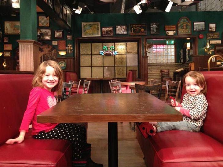 """So süß: Die Töchter von Alyson """"Lily"""" Hannigan am Tisch von Barney, Robin, Ted, Lily und Marshall."""