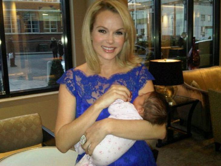 Mein erster Muttertag: Stars im Mama-GlückDie britische Schauspielerin Amanda Holden (41) brachte am 23. Januar 2012 die süße Hollie Rose zur Welt. Zu ihrem ersten Muttertag gibt es bestimmt eine dicke Torte, denn Amanda veranstaltet regelm