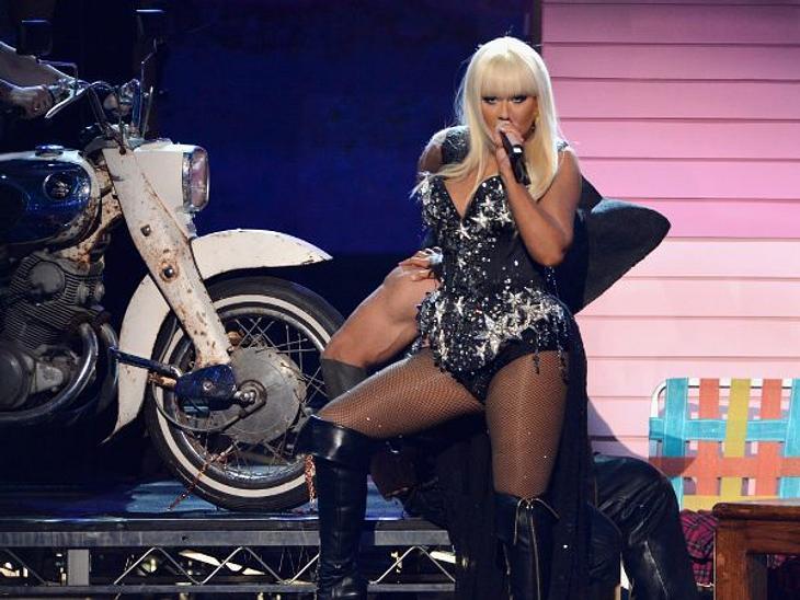 """""""American Music Awards 2012""""Später entblößte sich Christina Aguilera noch weiter und performte nur noch mit einem Body bekleidet: Geschmacksache!"""