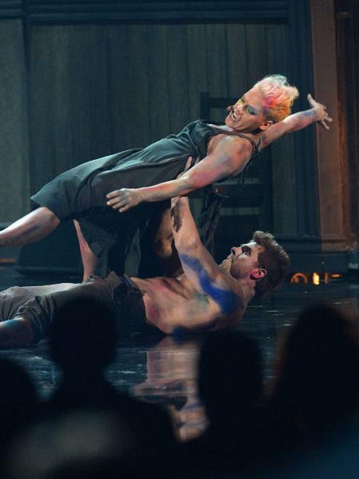 """""""American Music Awards 2012""""Pink wurde zur Performance-Künstlerin und legte eine ungewöhnliche Tanznummer aufs Parket."""