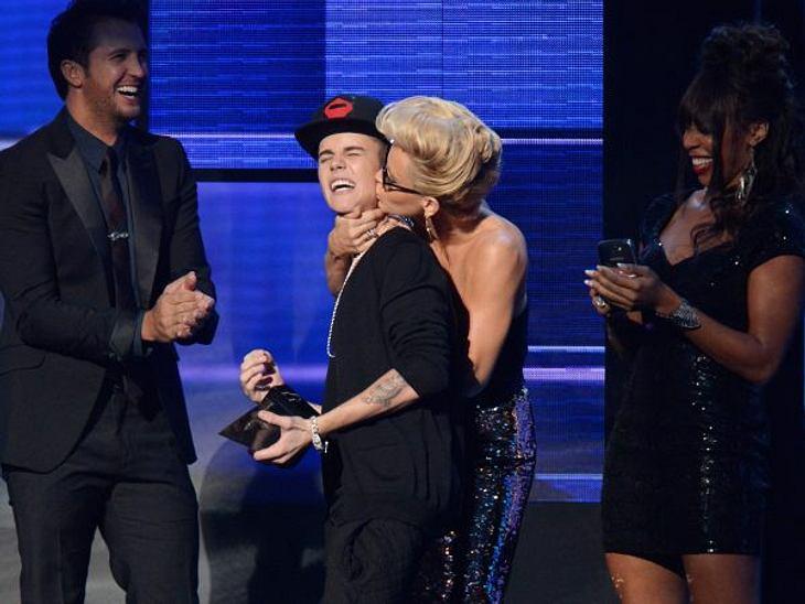 """American Music Awards 2012""Lachnummer des Abends: Jenny McCarthy kam Justin Bieber bei der Preisübergabe besonders nah."