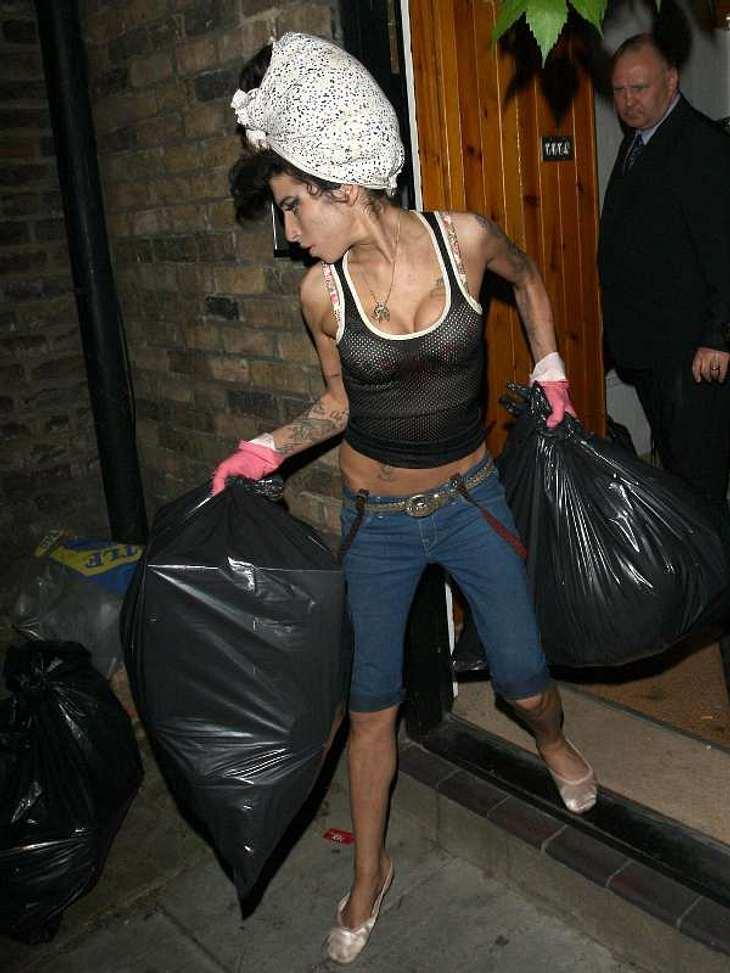 Von wegen total abgehoben und fern von jeglicher Realität - diese Stars tun Dinge, die wir auch tun ....sie bringen zum Beispiel wie  Amy Winehouse den Müll raus nach dem Frühjahrsputz.