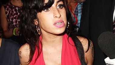 Was schon groß ist, soll noch größer werden: Amy Winehouse will sich zugunsten ihrer Brüste angeblich erneut unters Messer legen wollen! - Foto: GettyImages