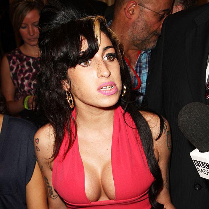 Was schon groß ist, soll noch größer werden: Amy Winehouse will sich zugunsten ihrer Brüste angeblich erneut unters Messer legen wollen!