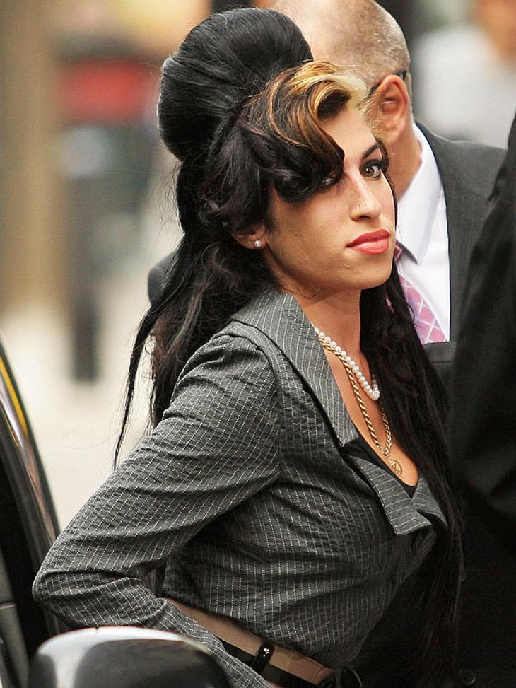 """Und damit noch nicht genug: Amy Winehouse will bis zum 31.12. durchfeiern! Zu Silvester gibt es dann eine """"Twilight""""-Party. Amy hat sich völlig in Robert Pattinsons sexuelle Aura verknallt."""