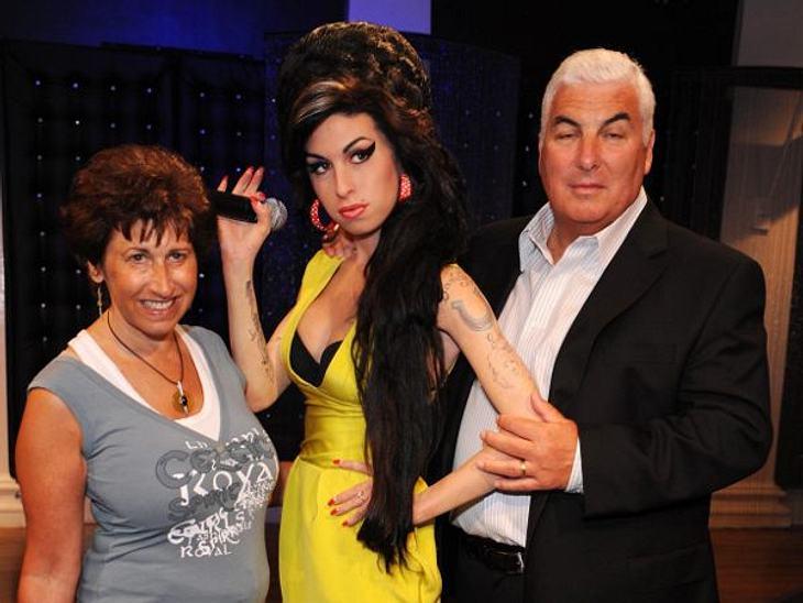 Amy Winehouse - Ihr Leben in BildernIhre Eltern Janis und Mitch Winehouse bei der Präsentation der Wachsfigur ihrer Tochter im Jahre 2008.