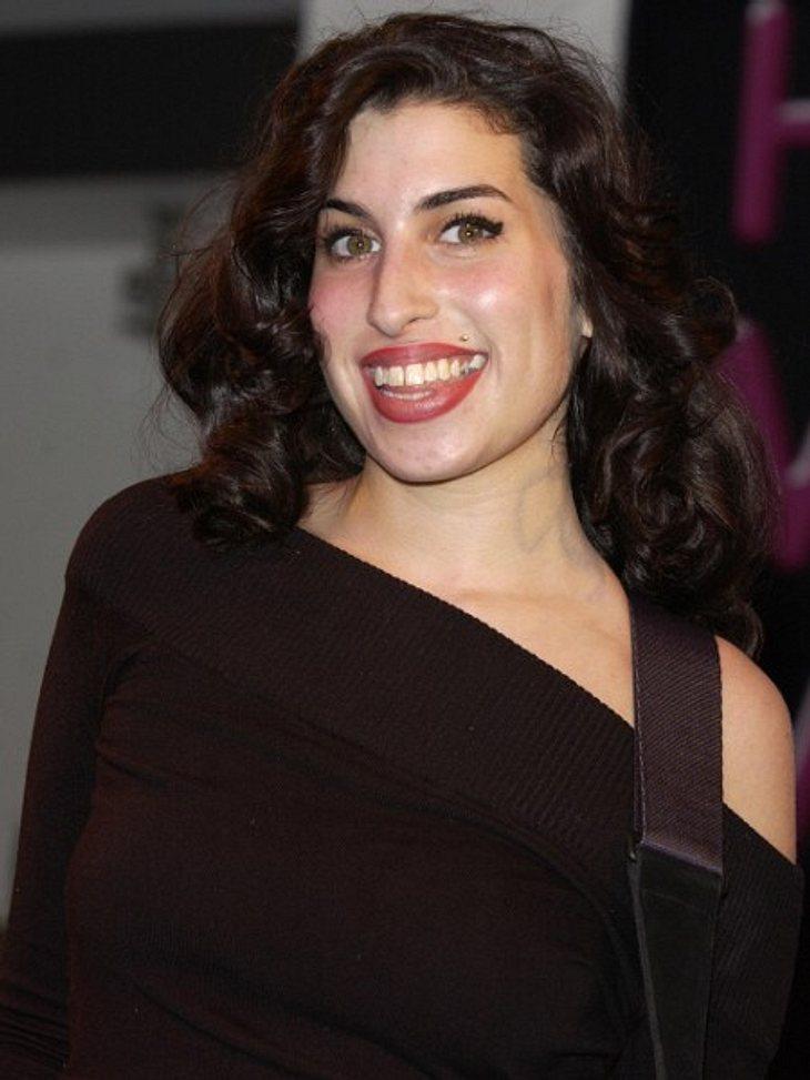 """Amy Winehouse - Ihr Leben in Bildern2003 kommt ihr erstes Album """"Frank"""" in den Handel. Es erreicht in England Triple-Platin-Status mit 900.000 verkauften Exemplaren."""