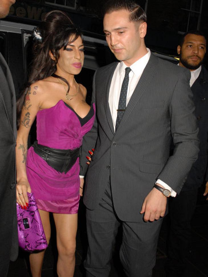 Amy Winehouse - Ihr Leben in BildernAuch ihr neuer Freund Reg Traviss konnte ihr nicht helfen. Kurz vor ihrem Tod verließ er sie, weil er sich hilflos fühlte. Diese Trennung konnte Amy Winehouse nie überwinden.