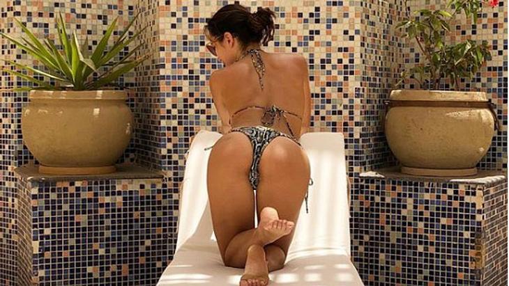 Anastasiya Avilova zeigt ihren nackten Po