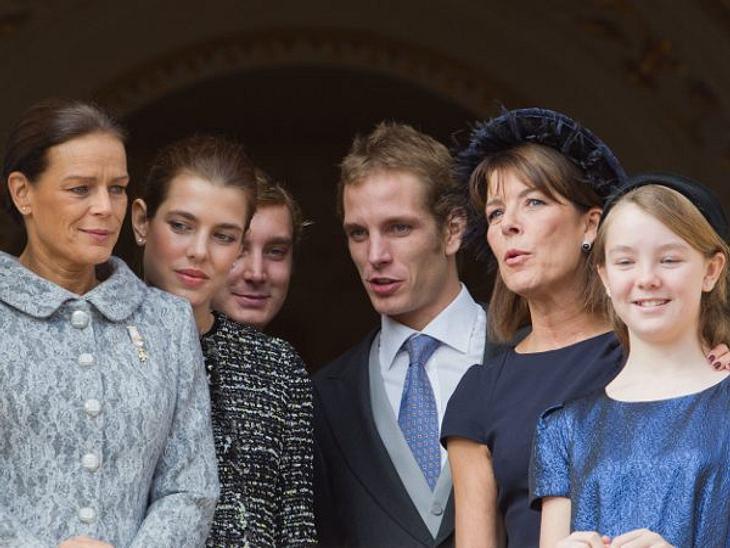 Wie wär's mit einem Milliardär? Die begehrtesten ErbenDer Sunnyboy: Andrea Casiraghi (27) - 1,2 Milliarden EuroHach, Andrea Casiraghi (3. v.r.)ist wirklich ein wahrer Traumprinz! Der älteste Sohn von Prinzessin Caroline von Hannover und ihr