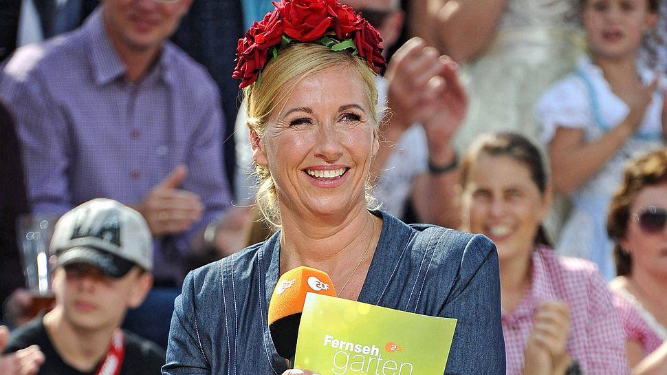 Andrea Kiewel strahlt verliebt beim ZDF-Fernsehgarten - Foto: Imago