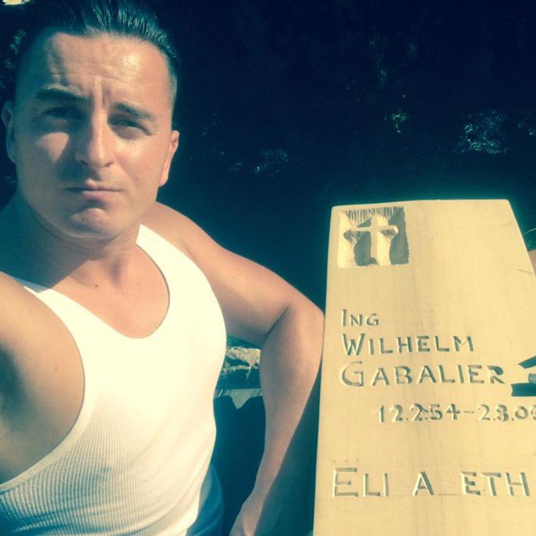Andreas Gabalier schnitzt einen Grabstein