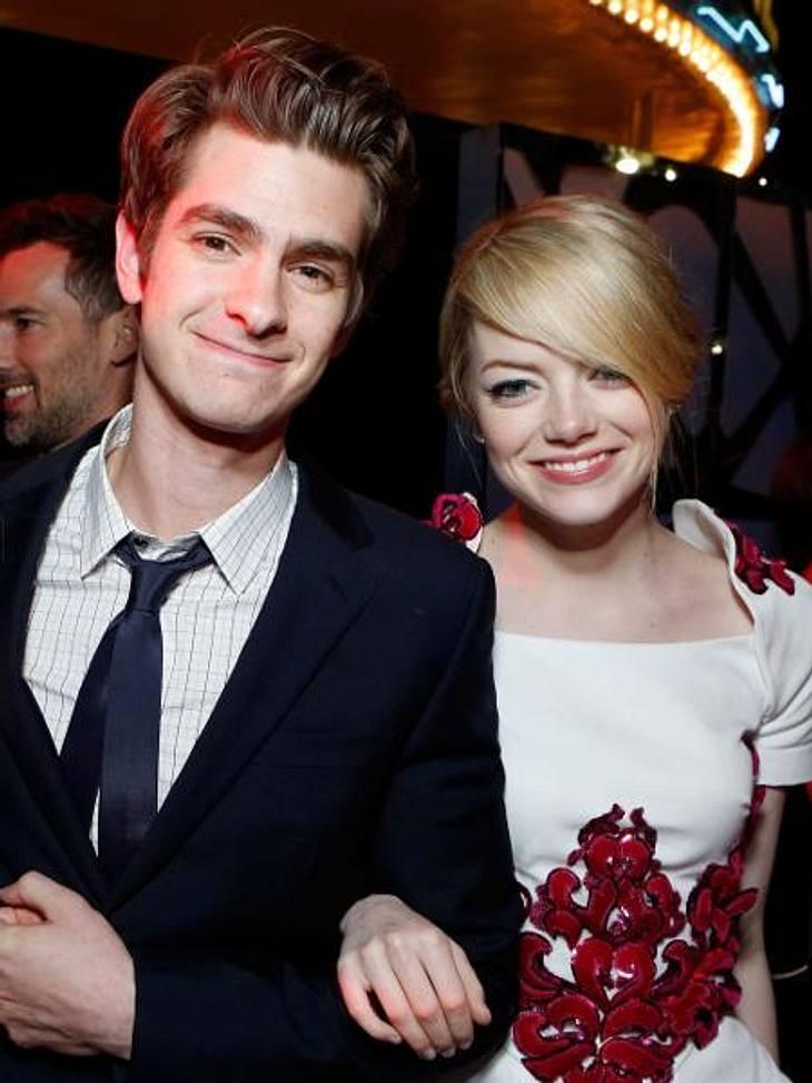 """Die Sommerlieben der StarsHach, wie romantisch! Erst verliebten sich Andrew Garfield (28) und Emma Stone (23) in """"The Amazing Spider-man"""" auf der Leinwand - jetzt sind sie auch im echten Leben ein Paar. """"Wir haben uns menschl"""