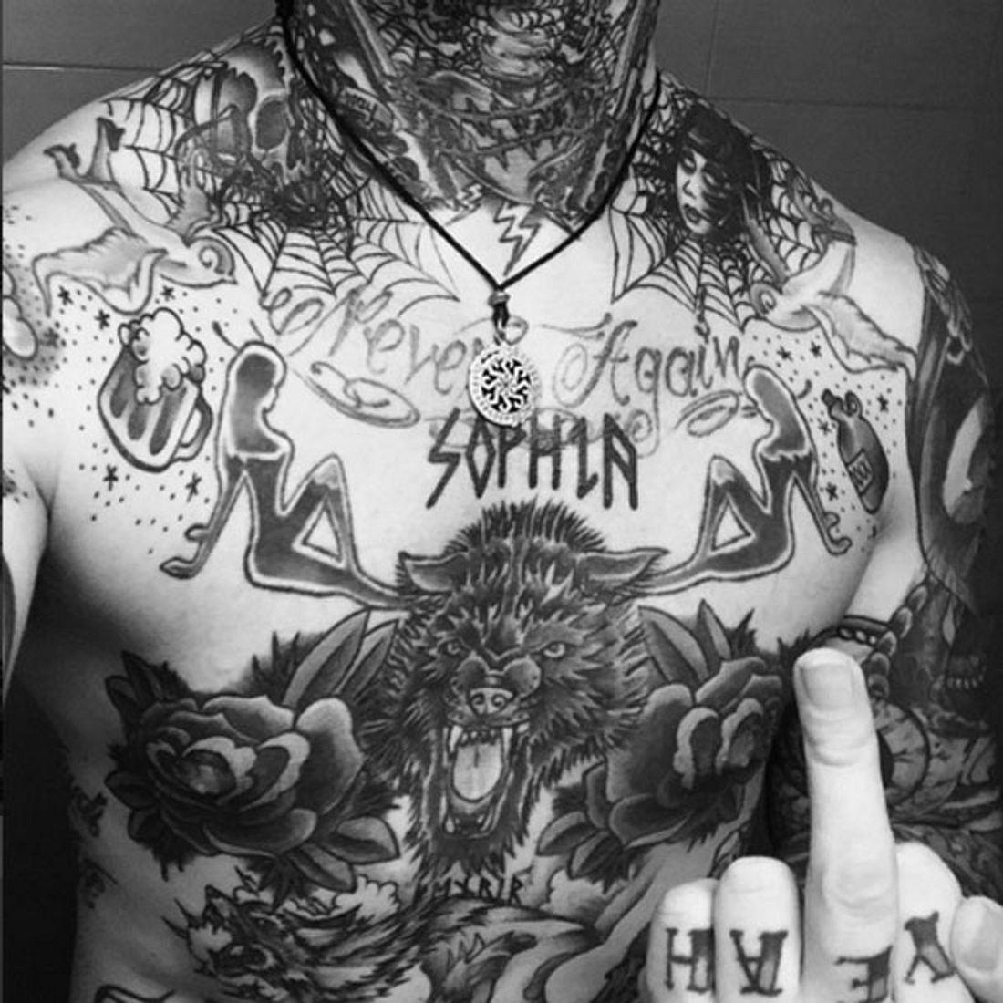 Andy LaPlegua zeigt sein Sophia-Tattoo