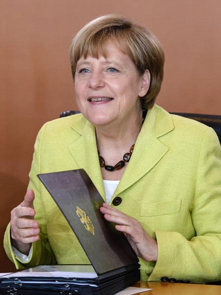 Wie peinlich... Angela lächelt tapfer beim Geburtstagsständchen