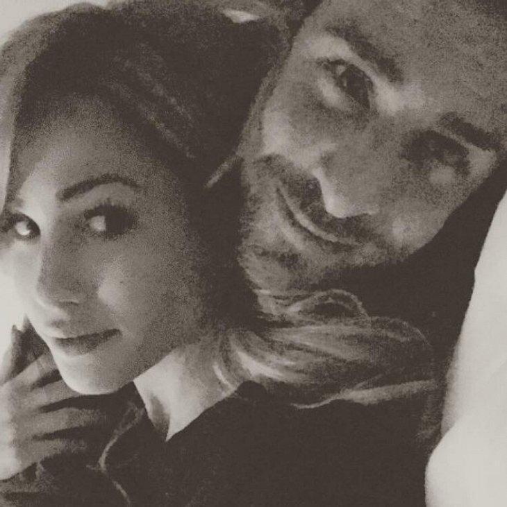 Angelina Heger kuschelt mit Leonard Freier