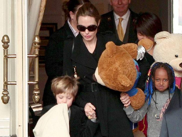 Wer ist die beste Mutter Hollywoods?Die NomadinAmerika, Afrika, Europa: Wenn Angelina Jolie (37) als UN-Sonderbotschafterin und Schauspielerin auf Achse ist, nimmt sie ihre Rasselbande (Maddox, Pax, Zahara , Shiloh sowie die Zwillinge Vivie