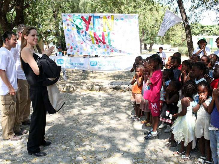 Angelina Jolie bei den Erdbebenopfern: Sie erkundigt sich, wie es den Waisenkindern geht, die ihre Eltern durch die Katastrophe verloren haben.