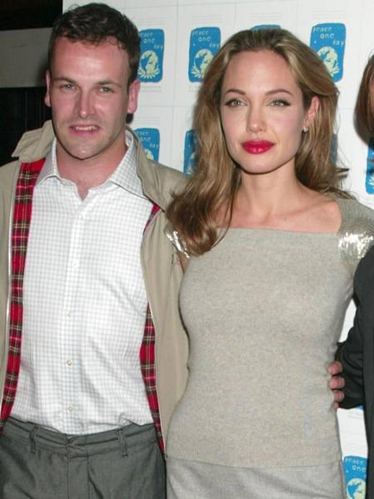 """Früh geheiratet, früh geschieden: Hollywoods jüngste BräuteWährend der Dreharbeiten zu """"Hackers - Im Netz des FBI"""" verliebte sich Angelina Jolie (36) in ihren Kollegen Jonny Lee Miller (39) - und die Hochzeit folgte nur wenige Mon"""