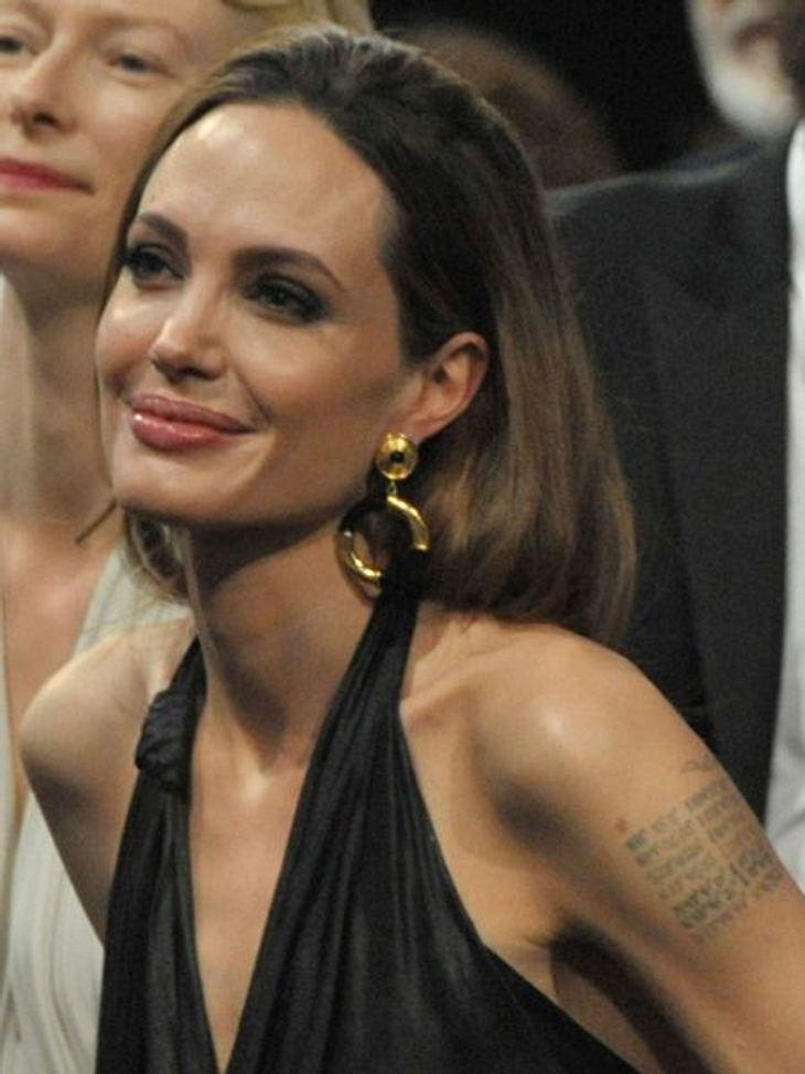 Die Liebes-Tattoos der StarsMittlerweile ist sie seit sieben Jahren mit Brad Pitt (48) liiert und ließ sich ihr Liebes-Tattoo entfernen. Dafür ließ sie sich über die vernarbte Haut die Koordinaten der Geburtsstädte ihrer Liebsten tätowieren