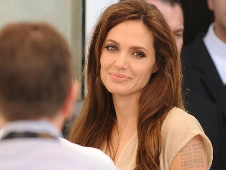 Abergläubische StarsWie wir wissen hat Angelina Jolie (36) in ihrer Ehe mit Billy Bob Thornton (56), sein Blut in einem Amulett mit sich rumgetragen. Auch er hatte ihres am Hals hängen. Damit wollten sie ihre Beziehung stärken. Hat ja nicht