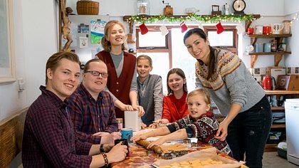 Angelo Kelly beim Backen mit Familie - Foto: TVNOW / Chris Bucanac