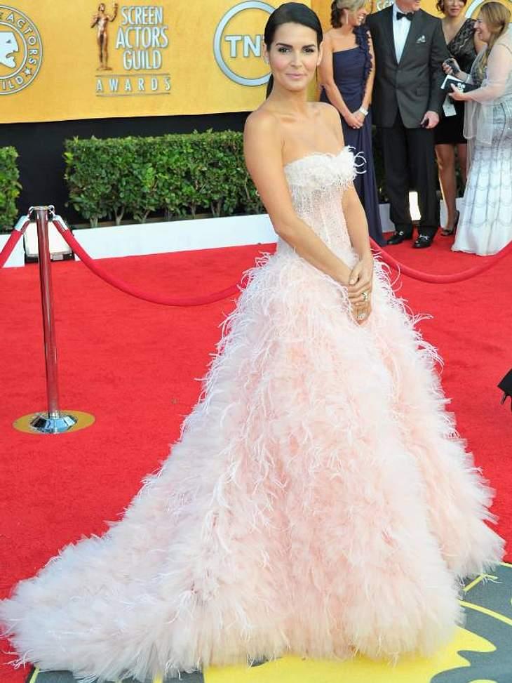 """Die Luxus-Ballkleider der StarsSchauspielerin Angie Harmon (""""Law & Order) in einem bezaubernden Federkleid in einem Hauch von Rosé."""