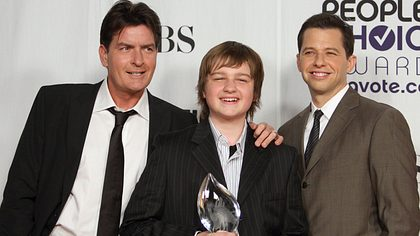 Angus T. Jones mit Charlie Sheen und Jon Cryer früher - Foto: Getty Images