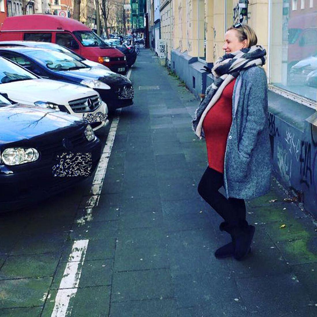 Ania Niedeck zeigt ihren Babybauch