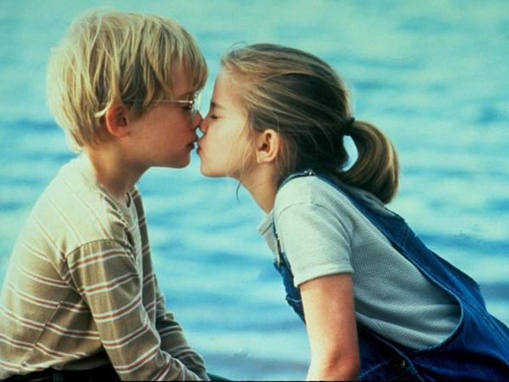 """Vom Kinderstar zum Sex-SymbolAn diesem Filmkuss kann sich bestimmt beinahe jeder noch erinnern. In """"My Girl - Meine erste Liebe"""" (1991) waren """"Vada Sultenfuss"""" und """"Thomas J. Sennett"""" die allerbesten Freunde un"""