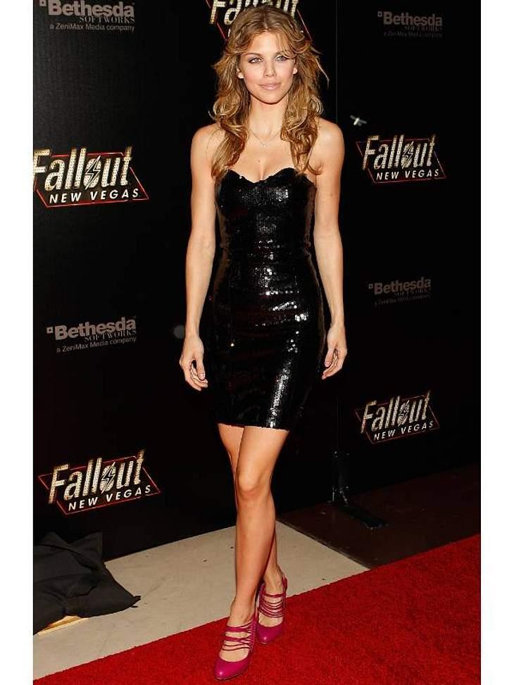 """Pailletten-Abendkleider: Starlett Annalynn McCord (23, """"90210"""") trägt das klassische schwarze Partykleid, was über und über mit Pailletten erst richtig was hermacht."""