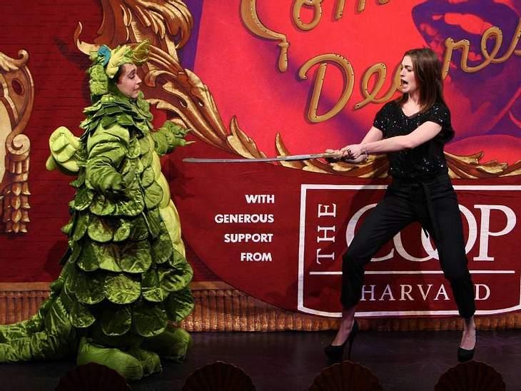 Oh, wie lustig ... Anne Hathaway kämpft mit Schild und Schwert gegen böse Drachen.