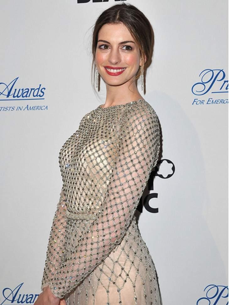 Black and White - Der Style von Anne HathawayWenn es nicht Kleider in Schwarz oder Weiß sind, dann greift die New Yorkerin mit Vorliebe zu Glitzerkleidern in gedeckten Farbtönen wie Beige oder Champagner.