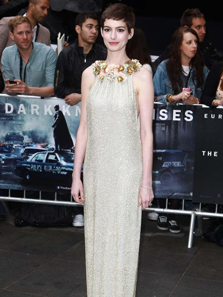 Black and White - Der Style von Anne HathawayMit der Kurzhaarfrisur änderte sich auch ihr Styling. Die Kleider wurden noch geradliniger. Die weich fließenden Schnitte lassen die Schauspielerin dennoch nicht androgyn, sondern sehr elegant wi
