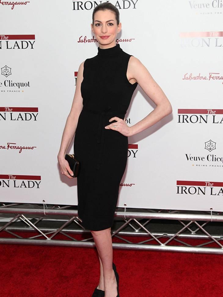 """Black and White - Der Style von Anne HathawayKein Firlefanz, sondern ein in Form und Farbe schlichtes Kleid: Anne Hathaway bei der New Yorker Premiere von """"Die Eisernde Lady""""."""