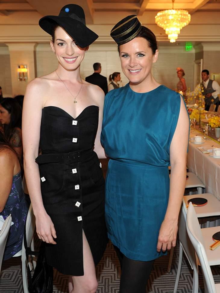 Black and White - Der Style von Anne HathawayFür eine Kunstauktion wählte die 29-Jährige ein schwarzes schulterfreies Kleid und einen kecken Hut. Schick!