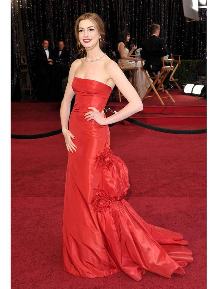 Oscar-Verleihung 2011:Oscar-Host  Anne Hathaway hatte ihren Auftritt aufdem roten Teppich in einer ebenso roten Robe.